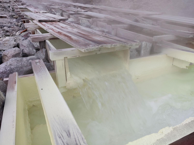 沼尻温泉 木樋を流れる湯