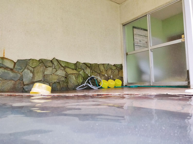 西山温泉 旅館中の湯 内湯入浴中目線