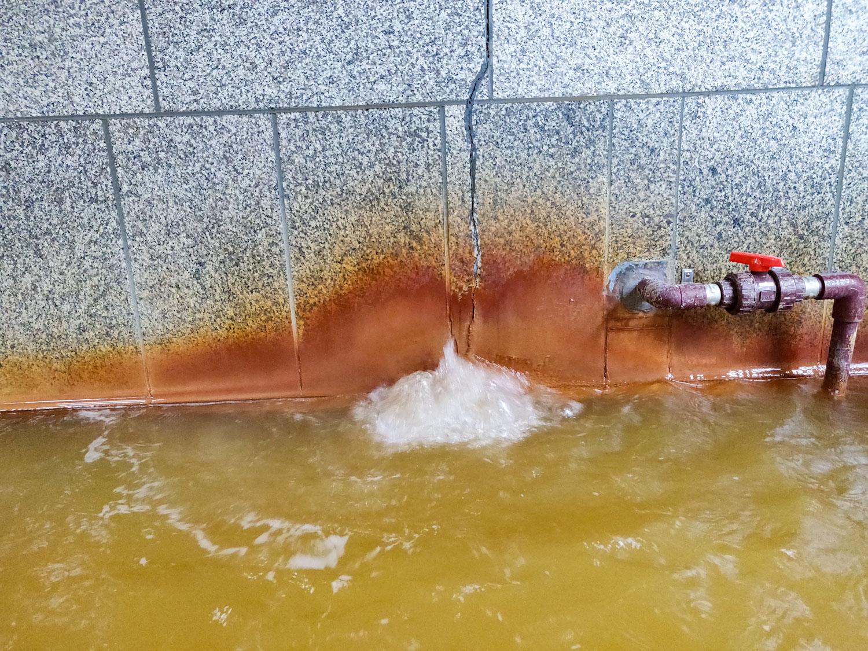 赤岩荘内湯湯口噴湯