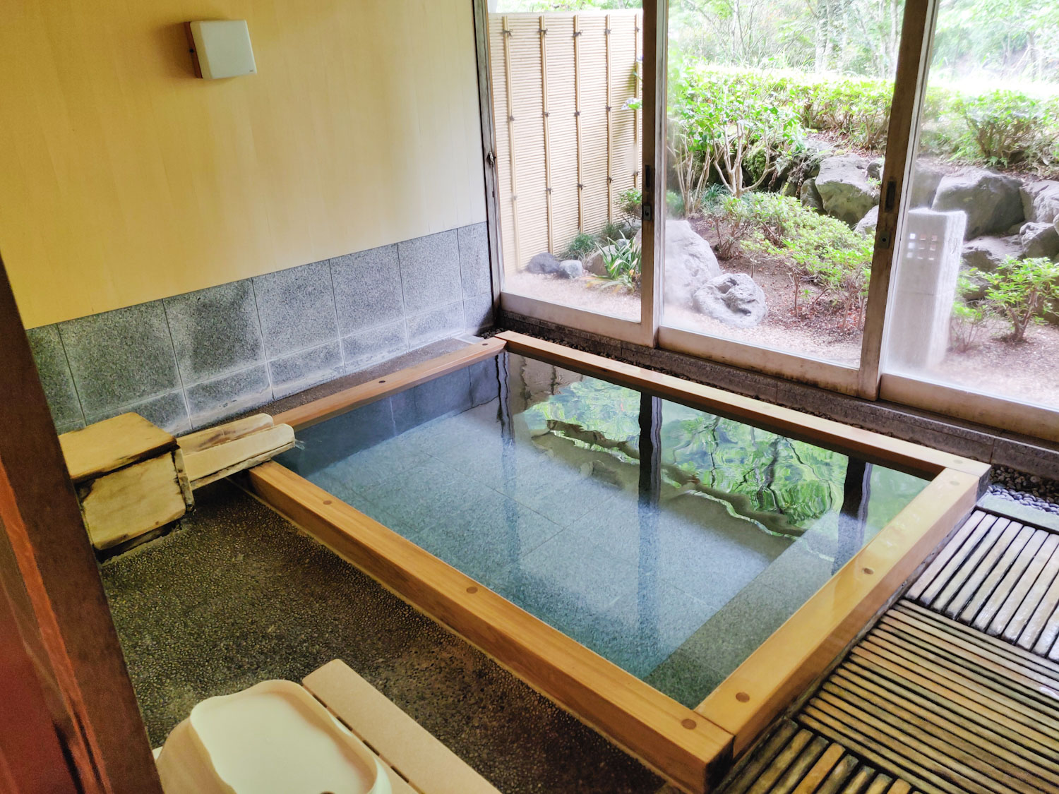 中川温泉信玄館 山色の湯浴槽