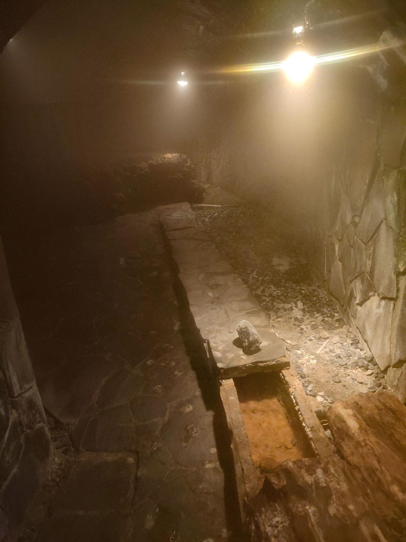 伊豆山温泉走り湯洞窟内部