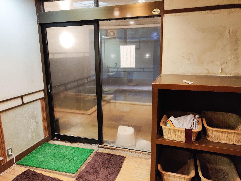 八塩温泉神水館内湯浴室入口