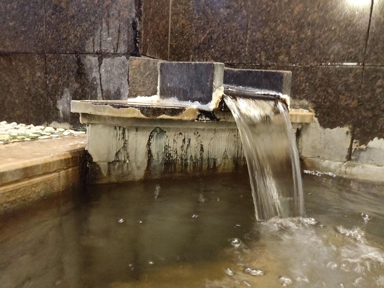 八塩温泉神水館内湯大浴槽湯口横