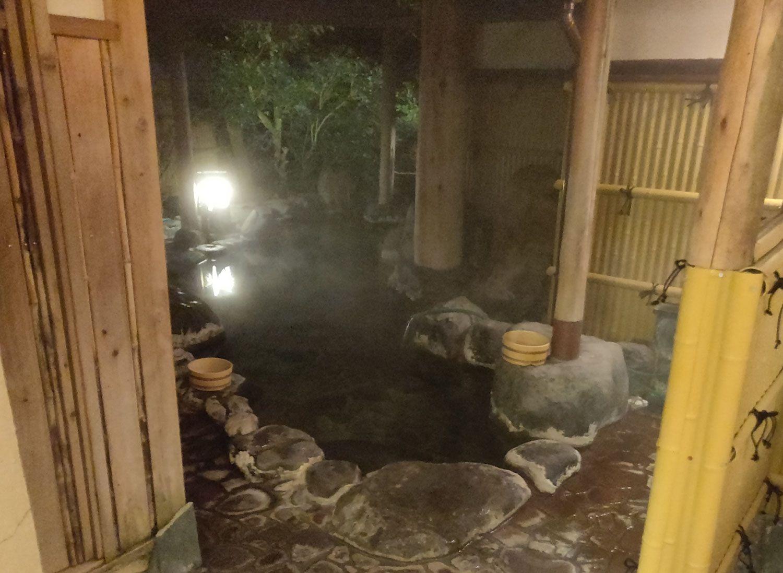 七滝温泉ホテル 唐傘天井露天風呂 浴槽