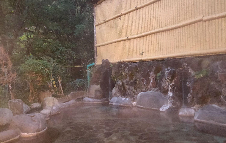 七滝温泉ホテル 庭園露天風呂 湯口と飲み水