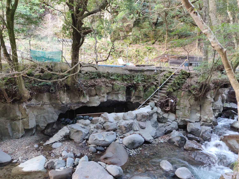 七滝温泉ホテル 洞窟風呂向かい