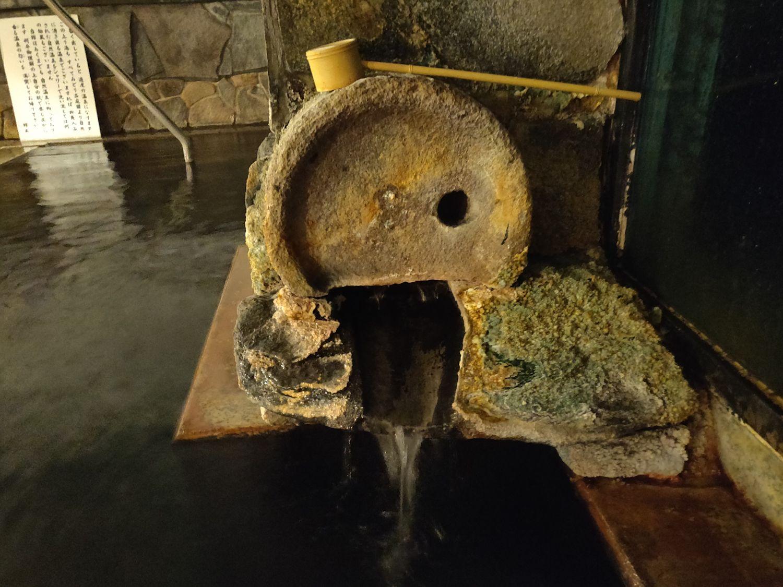 内湯男湯 真ん中の湯口